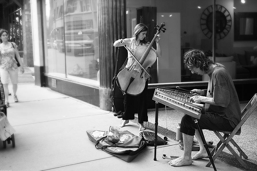 1-street-musicians-gray-artus.jpg
